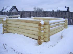 Срубы домов из зимнего леса